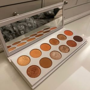 KYLIE JENNER extended peach eyeshadow palette